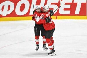Lino Martschini a Tristan Scherwey sa tešia z prvého gólu v zápase základnej B-skupiny Česko -Švajčiarsko na MS v hokeji 2019.