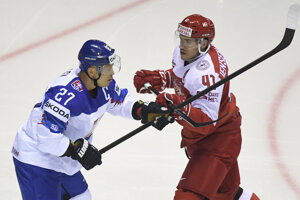 Na snímke vľavo Ladislav Nagy (Slovensko), vpravo Jesper Jensen Aabo (Dánsko) v zápase na MS v hokeji 2019.