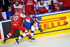Súboj hráčov v zápase Slovensko - Dánsko na MS v hokeji 2019.