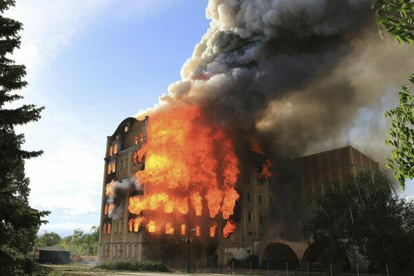 Na snímke obrovské plamene pri požiari historického Ištvánovho parného mlyna v maďarskej Békescsabe.