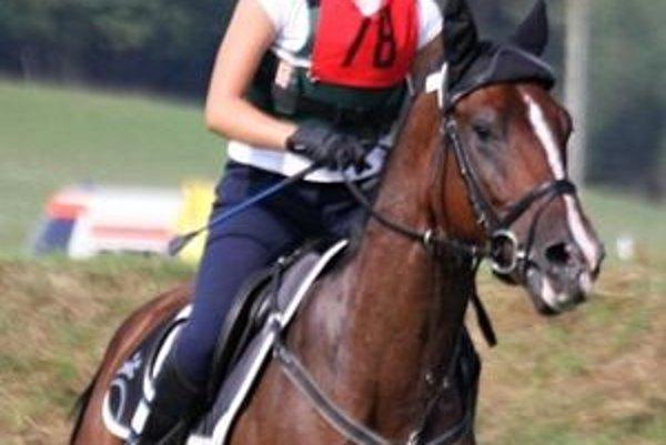 Ivana Lörinčíková je doposiaľ v tomto roku na celkovom 1. mieste v Lige juniorov v jazdeckej všestrannosti - military.