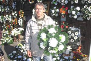 Oto Tergác má stánok s kvetmi už druhý rok. Hovorí, že tento rok ľudia najviac kupujú kytice do troch eur.