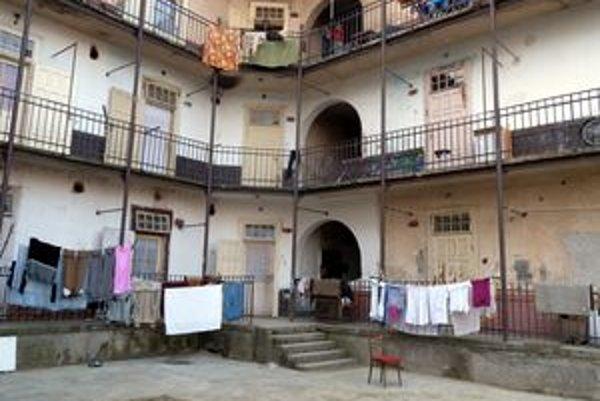 Rómovia svojou prácou skrášlili bytový dom na Ulici Gorkého v Lučenci.
