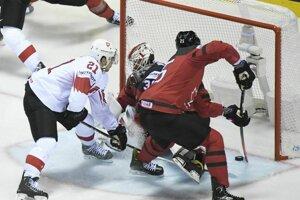 Vľavo Švajčiar Kevin Fiala v šanci pred bránou Kanady v zápase štvrťfinále Kanada – Švajčiarsko na MS v hokeji 2019.