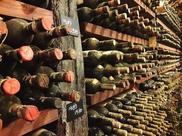 Vinárstvo rodiny Palombo s fľašami úctyhodných ročníkov