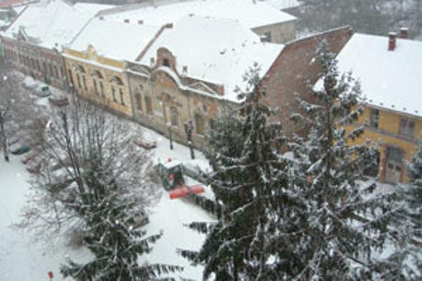 Zhrňovať sneh na vozovku je zakázané.