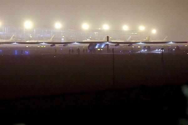 Experimentálne lietadlo Solar Impulse 2 pri odlete z Nankingu.
