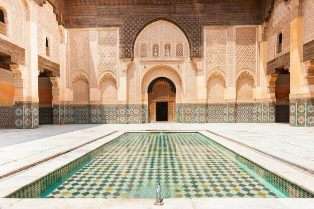 Typická architektúra s mozaikovým zdobením.
