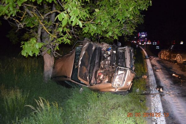 Vozidlo Honda zostalo po nehode prevrátené v priekope.