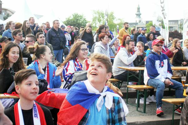 """""""Typická vlastnosť Nitrančanov? Nič okrem pýchy khokeju mi nenapadá,"""" povedal Štefan Rapčo. Na fotke fanzóna na Svätoplukovom námestí."""