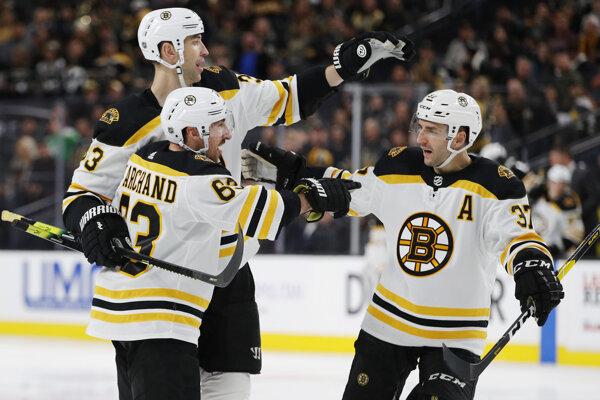 Zdeno Chára (vľavo hore) so spoluhráčmi z Bostonu Bruins.