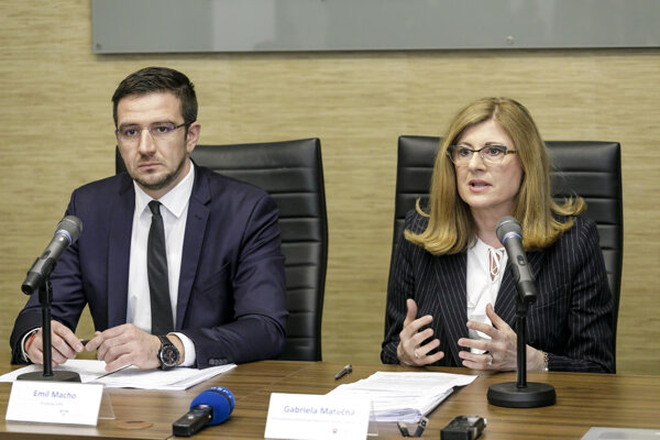 Predseda Slovenskej poľnohospodárskej a potravinárskej komory Emil Macho a ministerka pôdohospodárstva a rozvoja vidieka SR Gabriela Matečná.