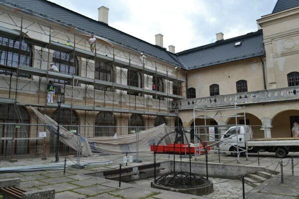 Práce na nádvorí zámku sú v plnom prúde.