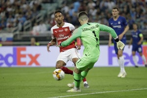 Brankár Chelsea Kepa Arrizabalaga odkopáva pred Pierrom-Emerickom Aubameyangom.