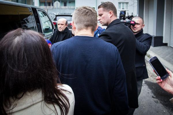 Premiérovi Robertovi Ficovi pri odchode z centrály Smeru do reči nebolo.