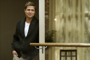 Brad Pitt vo filme Podivuhodný prípad Benjamina Buttona. V niektorej fáze filmu je stračekk, v inej zas mladší, ako naozaj vtedy bol.
