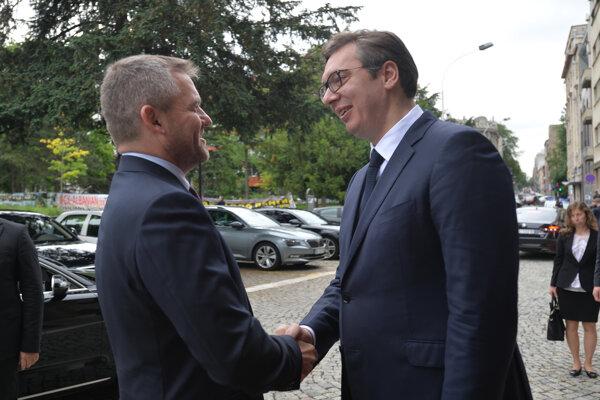 Slovenský premiér Peter Pellegrini (vľavo) a srbský prezident Aleksandar Vučič.