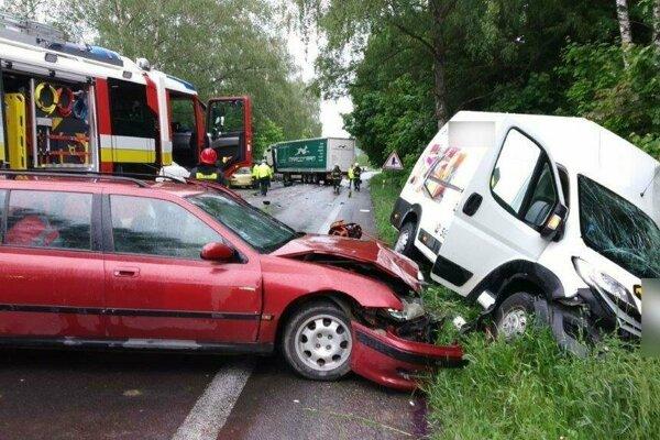 Štvrtková hromadná zrážka áut na ceste medzi Žilinou a Martinom.
