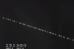 Záber z videa zachytávajúceho prelet satelitov ponad Holandsko. Video vyhotovil amatérsky astronóm Marco Langbroek.