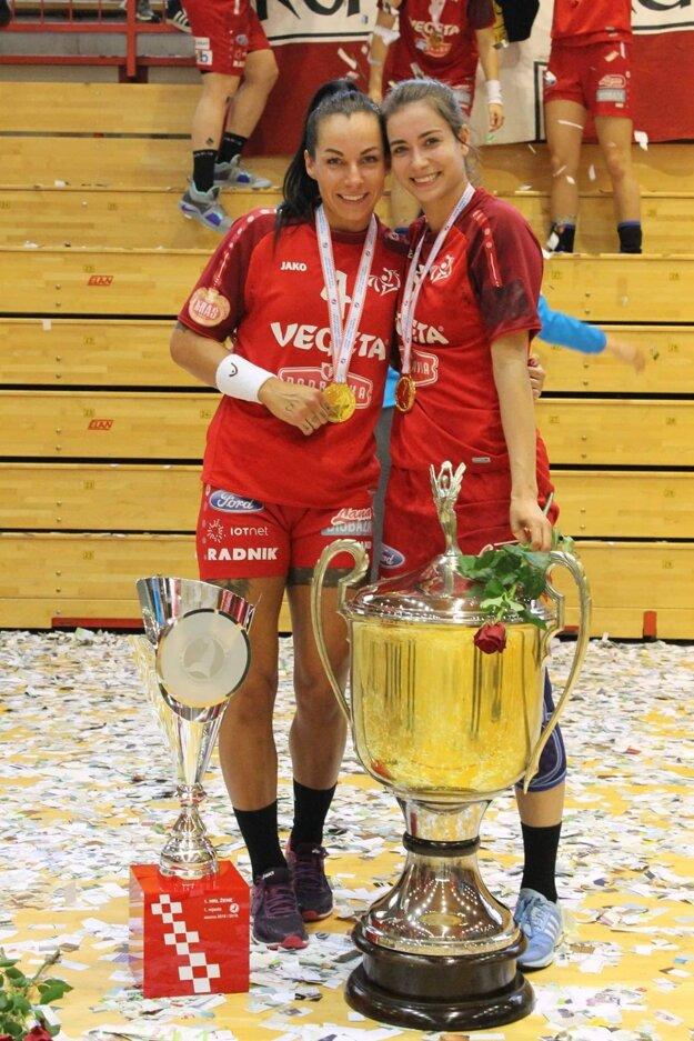 Mária Holešová (vľavo) so spoluhráčkou Korinou Karlovčan s pohármi za triumf v lige a v pohárovej súťaži.