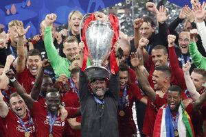 Tréner Liverpoolu Jürgen Klopp zdvíha trofej po vťazstve vo finálovom zápase Ligy majstrov 2018/2019 Liverpool - Tottenham.