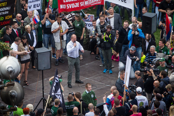 Šéf ĽSNS Marian Kotleba na mítingu.