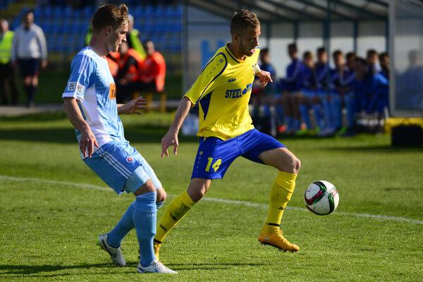 Košice sa opäť stretnú so Slovanom, aj keď pôjde iba o jeho rezervu. V drese žlto - modrých sa opäť predstaví aj František Pavúk (pri lopte).