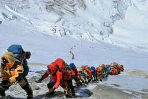 Záber z 22. mája 2019 zachytáva dlhý rad horolezcov pri výstupe na najvyššiu horu sveta Mount Everest v Nepále. Nepál vydal pre túto jarnú sezónu rekordných 381 povolení na výstup.