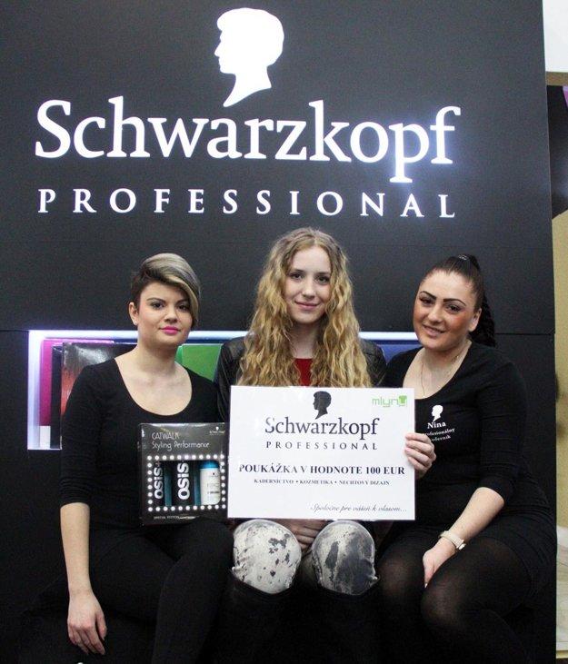 Volejbalistka Viktória Veliká využije služby salónu Schwarzkopf Professional. Na snímke s ňou dve kaderníčky Natália a Nina.