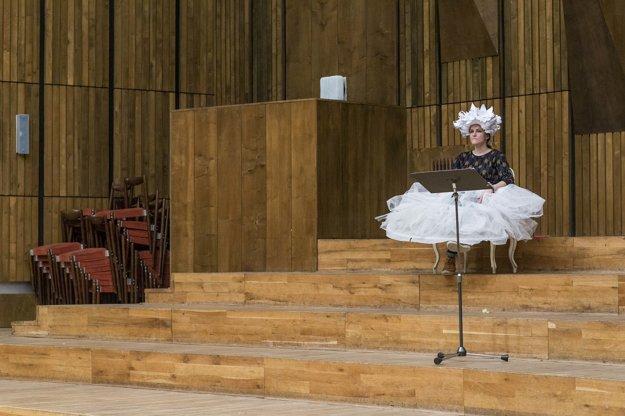 Bohyňa Artemis čaká na svoj vstup na scénu.