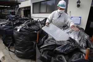 Rádioaktívny odpad zbierajú do vriec.