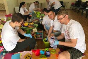 V Materskom centre Pastierik na Furci v Košiciach dobrovoľníci umývajú hračky.
