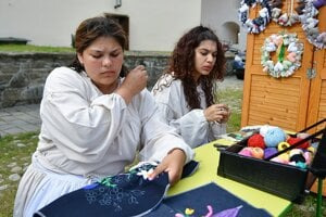 Študentky zo Súkromnej spojenej školy Biela voda v Kežmarku vyšívajú časť odevu.