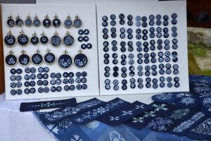 Vystavené výrobky modrotlače žiačok ZŠ Tajovského Badín.