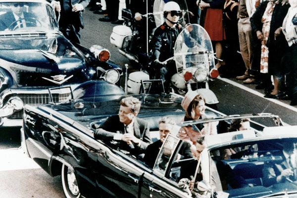 Limuzína s prezidentským párom v uliciach Dallasu pár sekúnd pred atentátom.