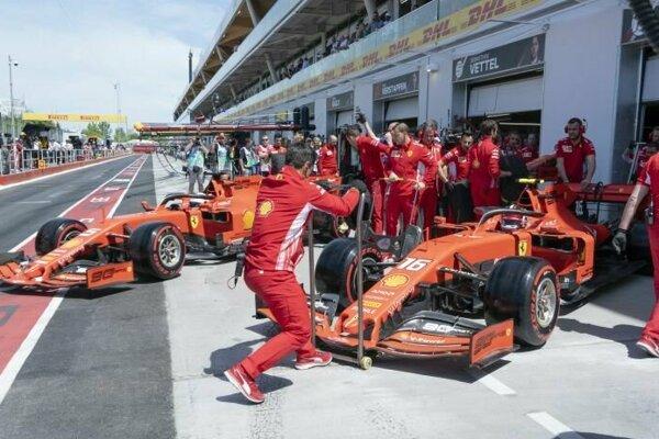 Jazdci Ferrari Sebastian Vettel (vľavo) a Charles Leclerc v priebehu tréningu v Montreali.