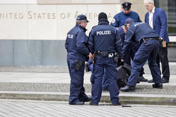 Zásah policajtov pred americkou ambasádou.