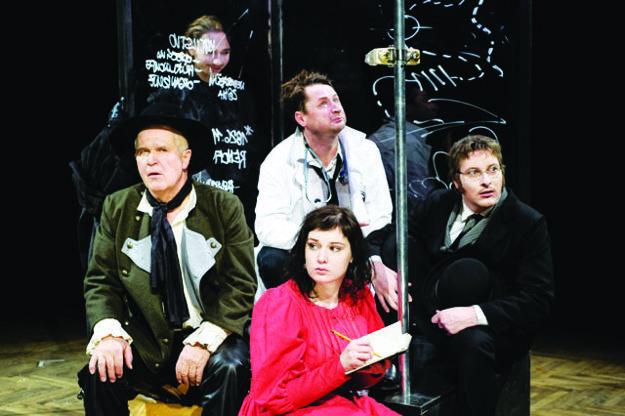 Ján Hrmo (vľavo dolu) v predstavení Dracula.