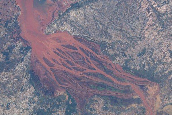 Človek dokáže spúšťať na Zemi obrovské zmeny. Fotka NASA ukazuje, ako dážď na Madagaskare vyplavuje hlinu po vyrúbaní stromov.