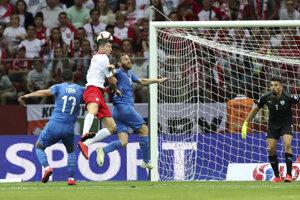 Robert Lewandowski (druhý zľava) v súboji s Loaiom Tahom (vľavo) v zápase kvalifikácie na EURO 2020 Poľsko - Izrael.