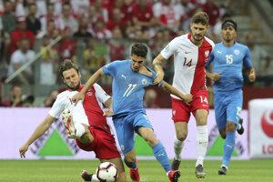 Manor Solomon (uprostred) bojuje o loptu s Grzegorzom Krychowiakom (vľavo) a Mateuszom Klichom v zápase kvalifikácie na EURO 2020 Poľsko - Izrael.