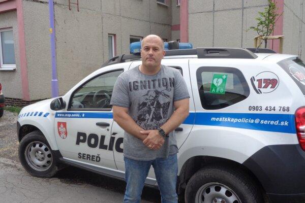 Zasahujúci policajt Marek Fidler.