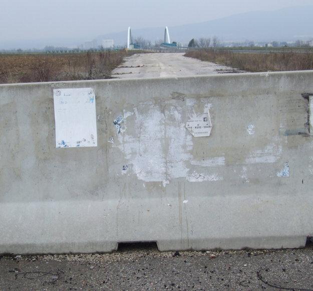 Cestu medzi Nitrou a Lehotou oddeľujú od starej odbočky betónové panely.