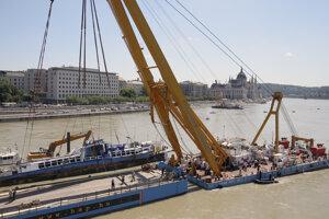 Záchranári vyzdvihli z Dunaja vrak lode Hableány.