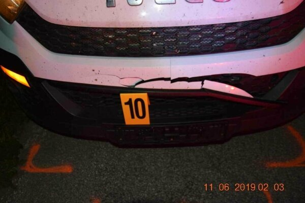 foto vozidla, ktoré zrazilo leźiaceho chodca.
