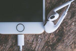 Podcasty počúvajú ľudia najčastejšie prostredníctvom mobilných telefónov.