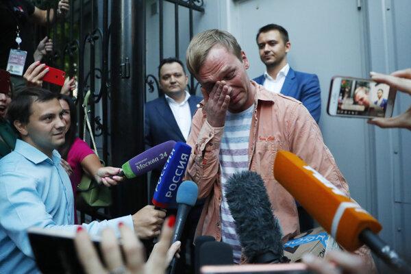 Novinár Golunov plače od dojatia po odchode vyšetrovačky v Moskve.