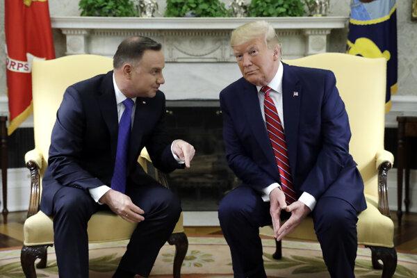 Poľský prezident Andrzej Duda (vľavo) a americký prezident Donald Trump počas stretnutia v Oválnej pracovni Bieleho domu vo Washingtone 12. júna 2019.