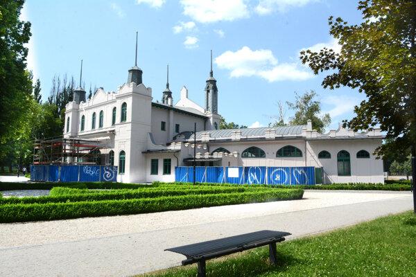 Secesný bývalý korčuliarsky pavilón je rovnako ako Mestský park národnou kultúrnou pamiatkou. Stane sa súčasťou hotelového komplexu.