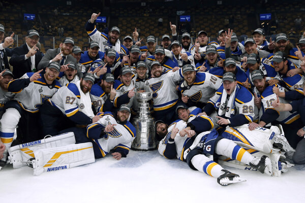 Hráči St. Louis Blues pózujú so Stanley Cupom pre víťaza NHL 2018/2019.